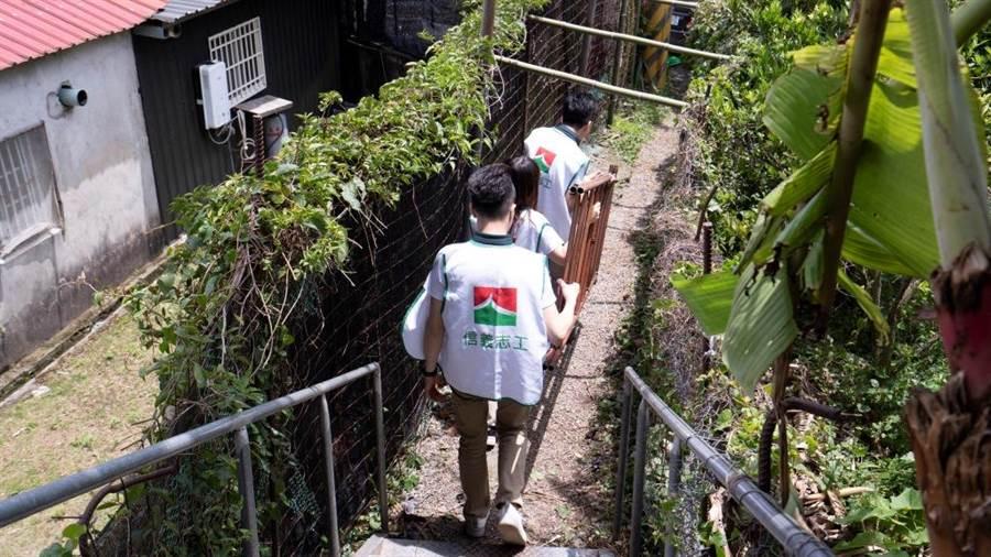 ▲信義志工一步一腳印為全台社區服務。/圖業者提供