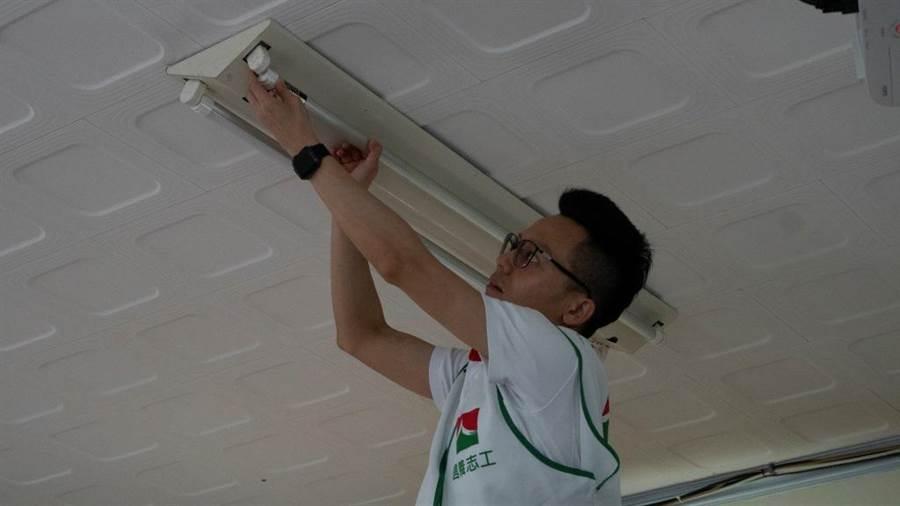 ▲信義房屋前進偏鄉更換LED燈泡,省電環保又顧視力。/圖業者提供
