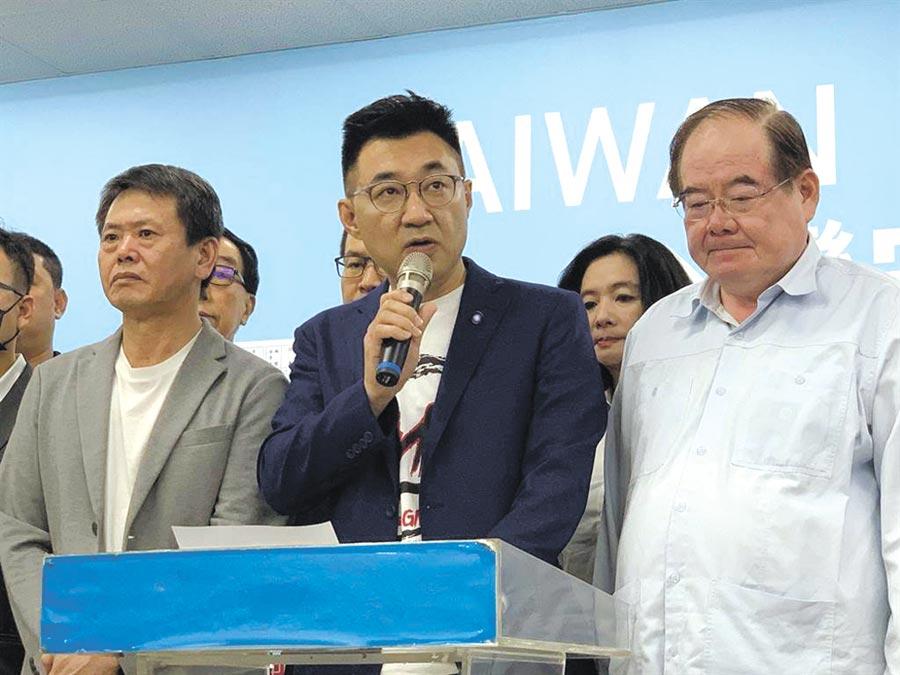 國民黨主席江啟臣(中)6日發表罷韓成功談話,強烈譴責執政黨操弄罷免案。(柯宗緯攝)