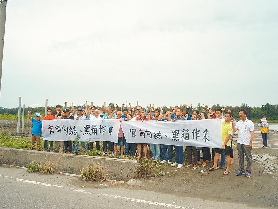 雲林縣麥寮鄉農地開發綠能未溝通,居民拉白布條抗議。(張朝欣攝)