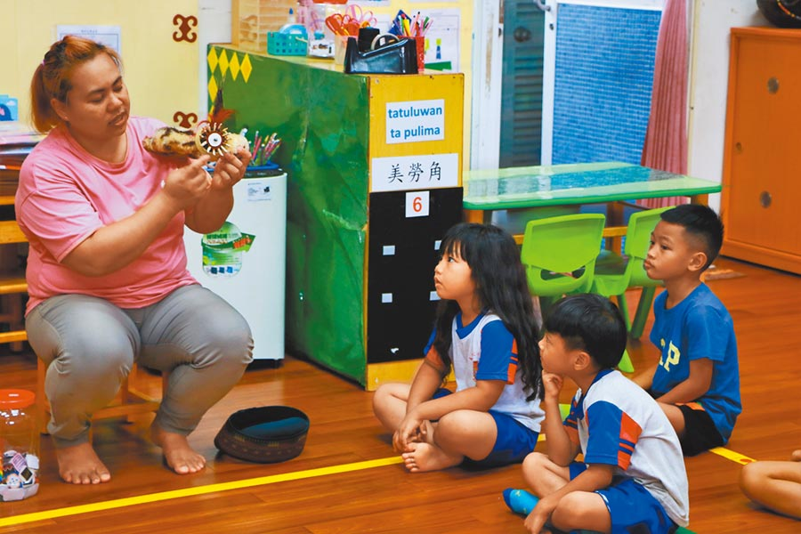 來義鄉立幼兒園近年推廣沉浸式族語教學有成,連帶提高招生率,3年前還多增1班,至今有126名學童,但卻也衍生出「娃娃車不夠用」問題。(謝佳潾攝)