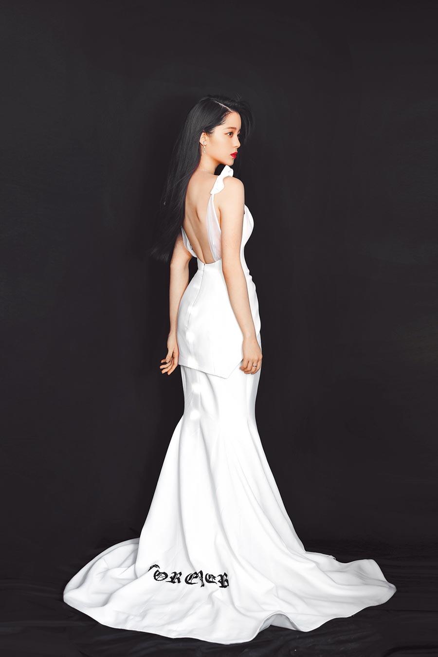 歐陽娜娜秀出裸背,以絕美造型宣布「嫁入」新東家。(索尼音樂提供)