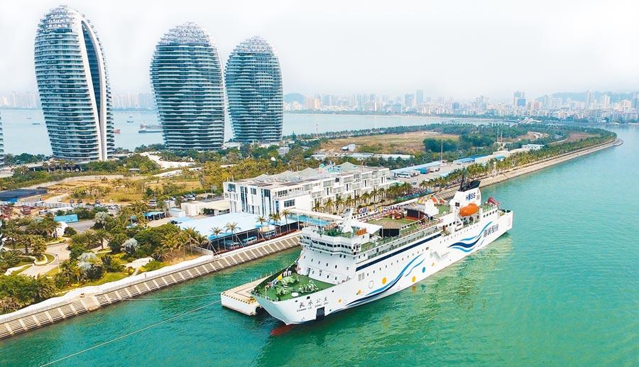 海南自貿港重點突出貿易和投資自由便利,聚焦發展旅遊業,圖為海南三亞鳳凰島國際郵輪碼頭。(新華社資料照片)