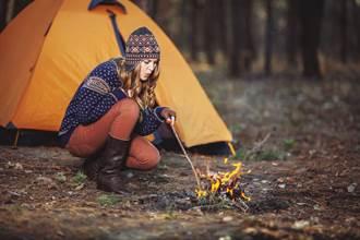 正妹直播單人露營 開火煮飯下秒慘變災難