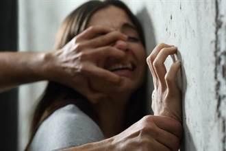 酒客遭控押女進公廁咬乳性侵 監視畫面曝光真相大白