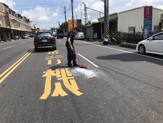人民保母工作包山包海 大熱天馬路上掃玻璃