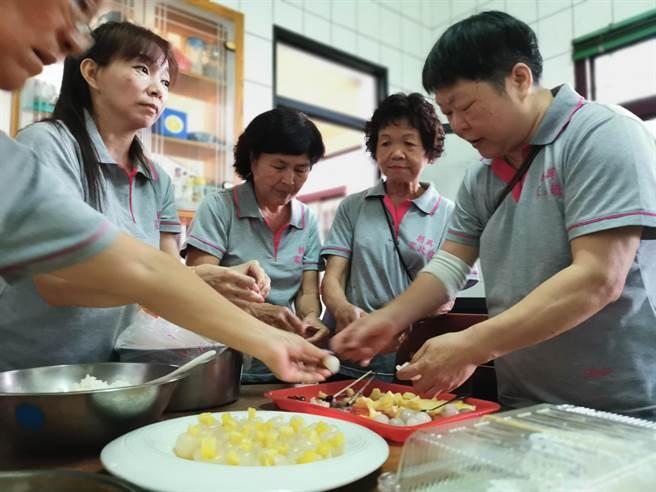 家政班的成員發揮巧思,製作多道創意料理,希望能吸引民眾的目光。(吳建輝攝)
