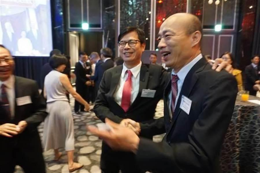 陳其邁爆與韓國瑜的小祕密!吐內心話:他有點Over…。圖為先前陳其邁(左)6月28日遇到韓國瑜(右),除了和他握手,還喊:「兄弟啊!」(本報資料照片)