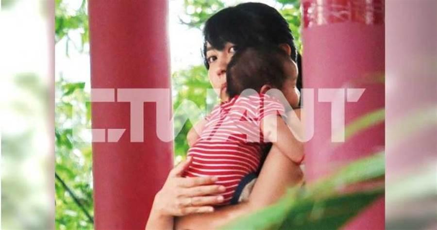 抱著寶寶時,王婷萱露出了戴在右手無名指的婚戒。(圖/本刊攝影組)