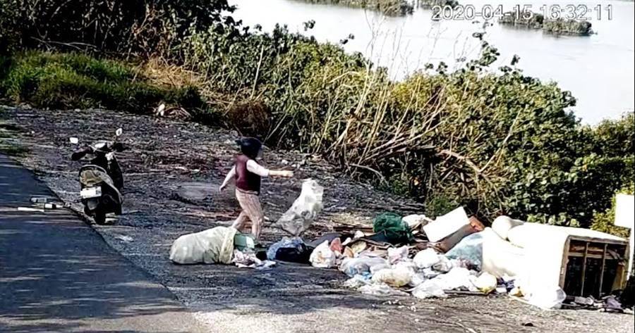 彰化縣環保局在東螺溪沿岸福興鄉錄下載著垃圾來濫倒。(彰化縣環保局提供/吳敏菁彰化傳真)