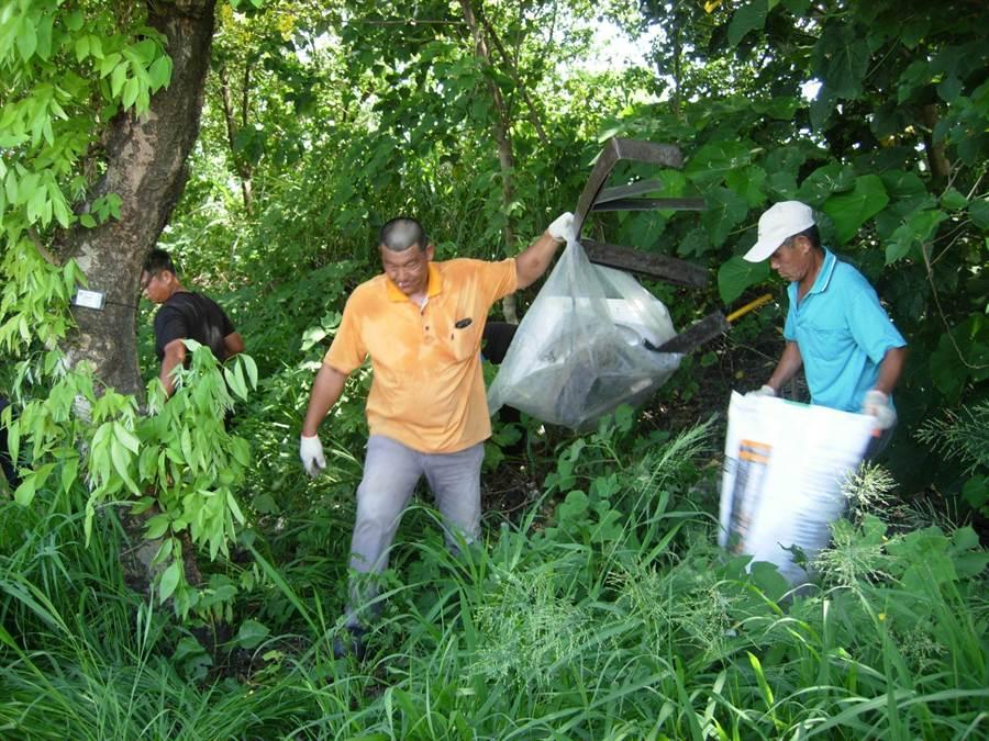 彰化縣環保局在東螺溪沿岸福興鄉錄下載著垃圾來濫倒,動員113人次清理。(彰化縣環保局提供/吳敏菁彰化傳真)