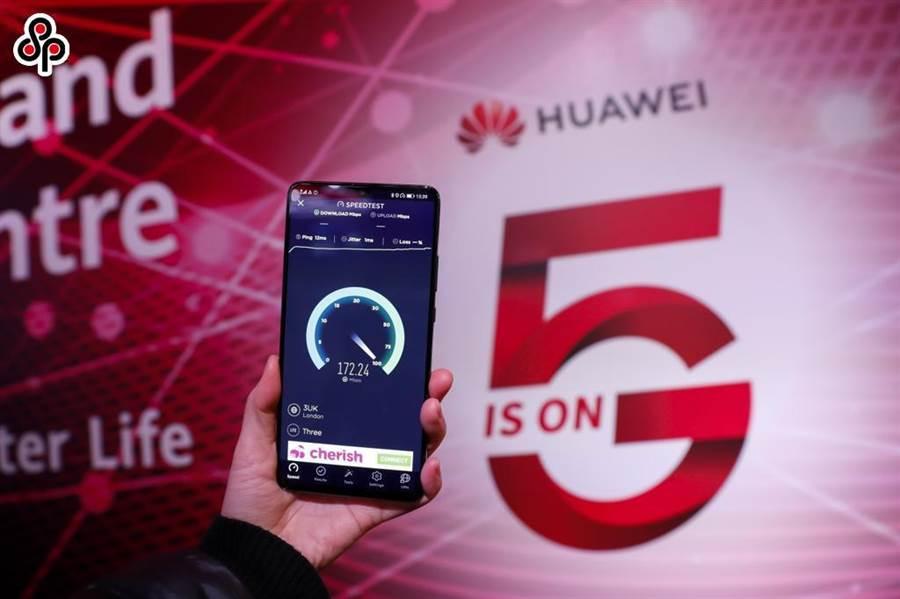 華為在英國媒刊登公開承諾,續助英5G網路建設。圖為今年元月底,英國倫敦華為5G創新體驗中心,一人持手機測試5G速度。(新華社)