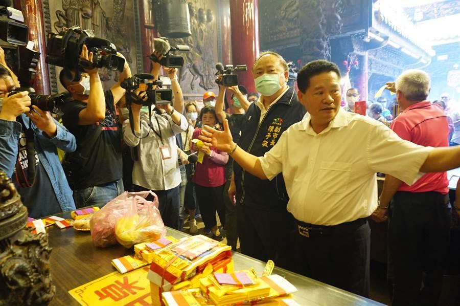 台中市副市長陳子敬(右二)視察鎮瀾宮的防疫措施及參拜動線。(王文吉攝)