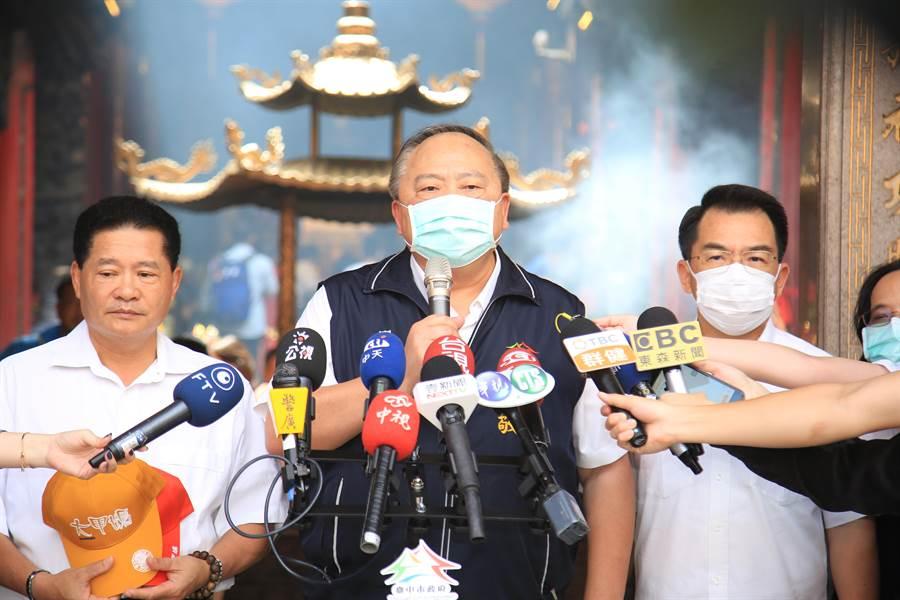 台中市副市長陳子敬(中)說明市府各局處總動員,協助大甲媽遶進香活動的防疫措施。