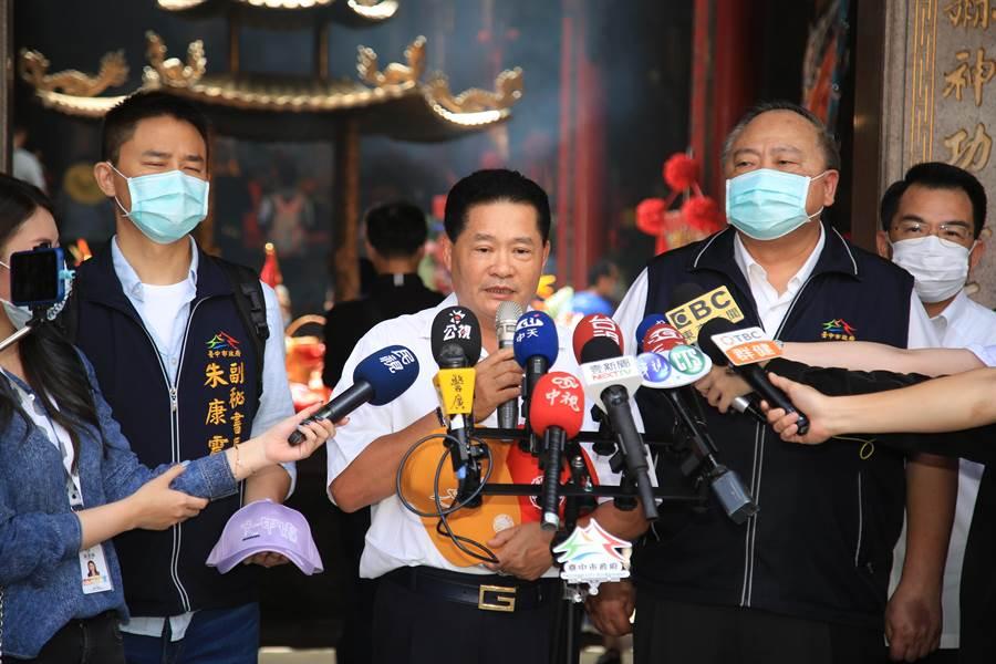 鎮瀾宮副董事長鄭銘坤(中)說明大甲媽遶進香活動的防疫措施。(王文吉攝)