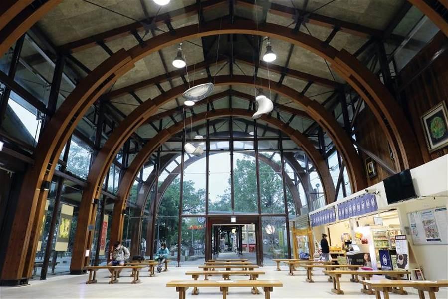 池上車站的天頂,因拱弧交織的線條而有了律動感; 立面玻璃成了天然的畫布,讓樹影、白雲在其上嬉戲。 (圖/林格立 台灣光華雜誌提供)