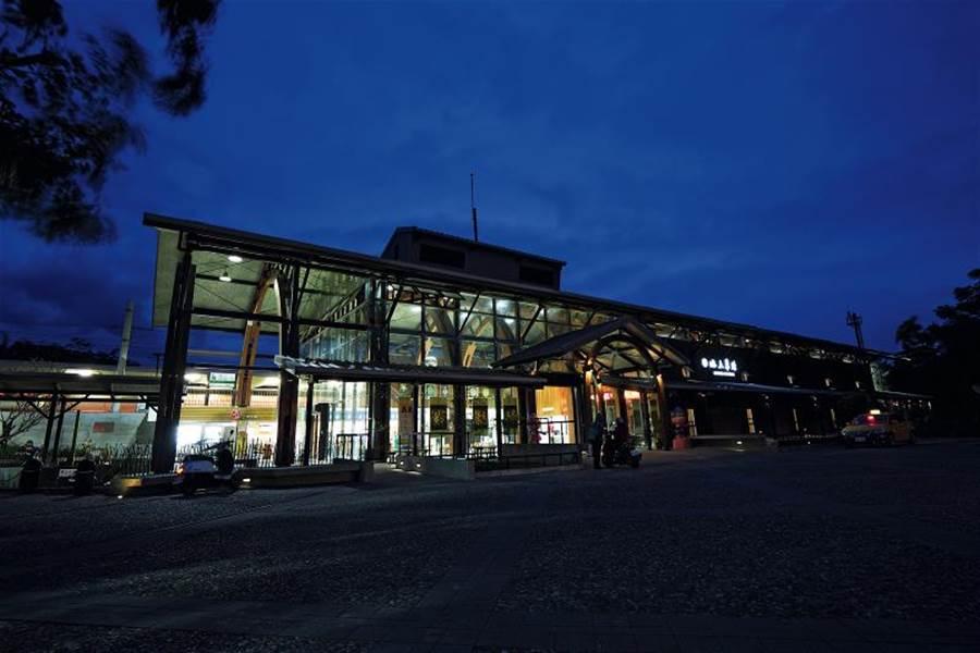 臨暗的池上車站,站體造型配上間接光源,為小鎮寫入一分童話氛圍。(圖/林格立 台灣光華雜誌提供)