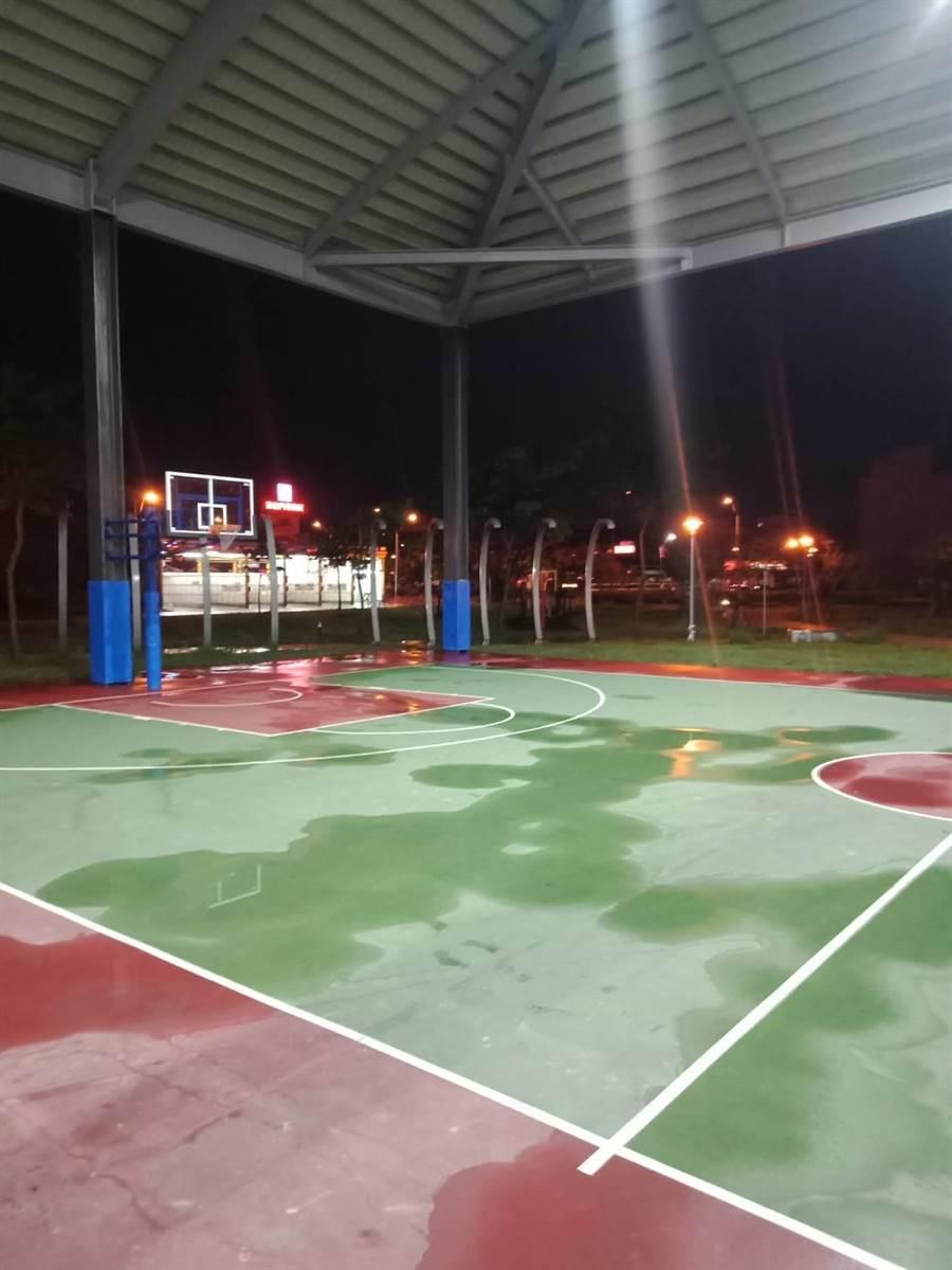 球友反映,8千萬打造的晴雨球場竟然會漏水,暴雨來襲把球場噴得到處都是,民眾擔心只是梅雨就擋不住,未來颱風來看怎麼辦。(吳建輝攝)