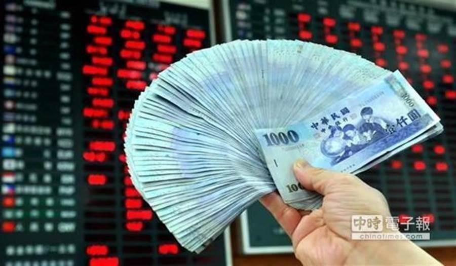 台灣的超額儲蓄率已經連續8年為兩位數,代表民間資金浮濫。(資料照)