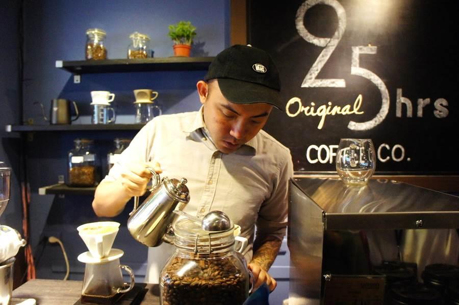 溫浩棠把新咖啡店改名25小時,勉勵自己每天多努力1小時。(張孝義攝)