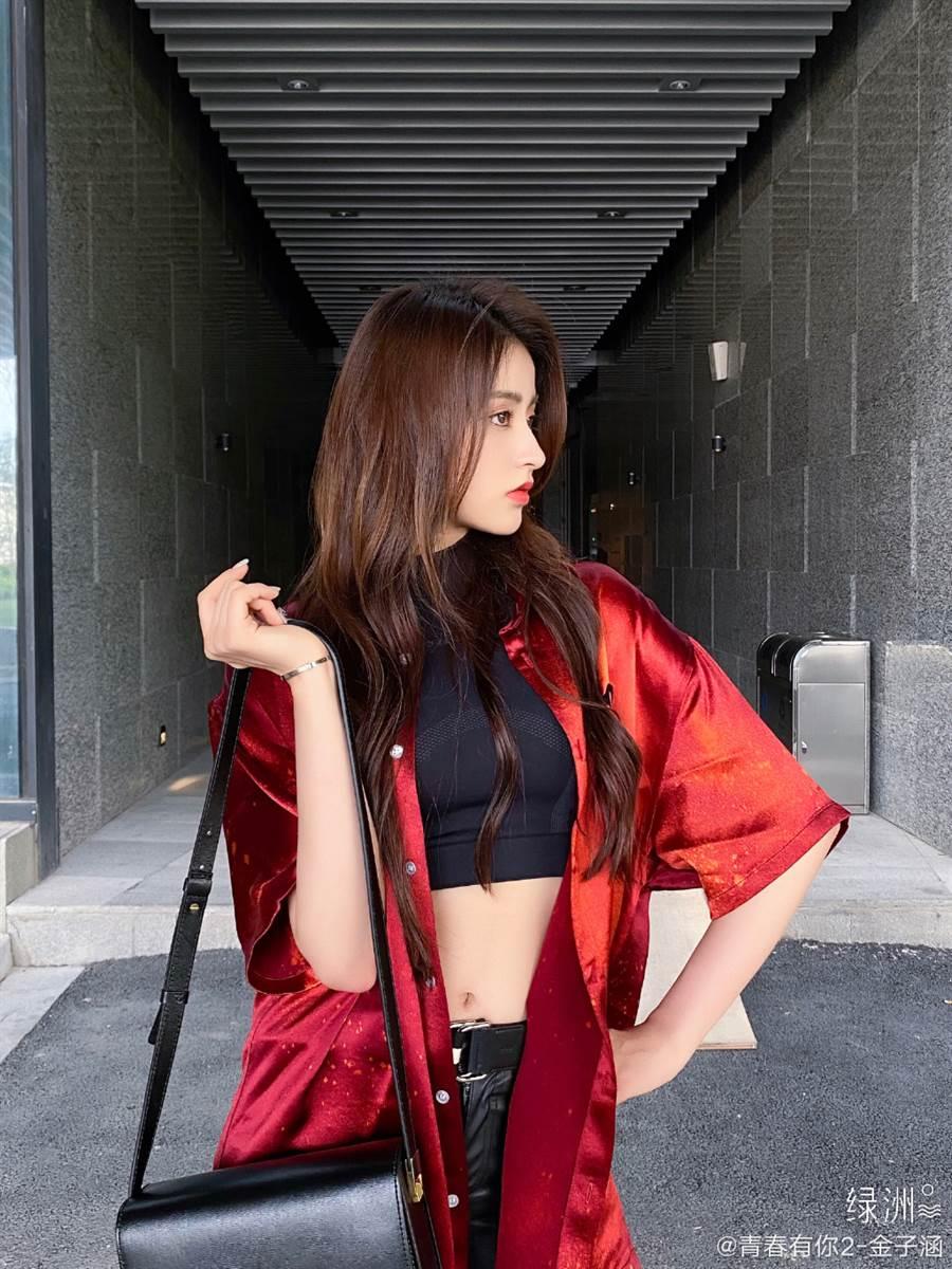 《青春有你》21歲小腰精金子涵曾獲美國華裔小姐季軍(圖/摘自微博@青春有你2-金子涵Aria)