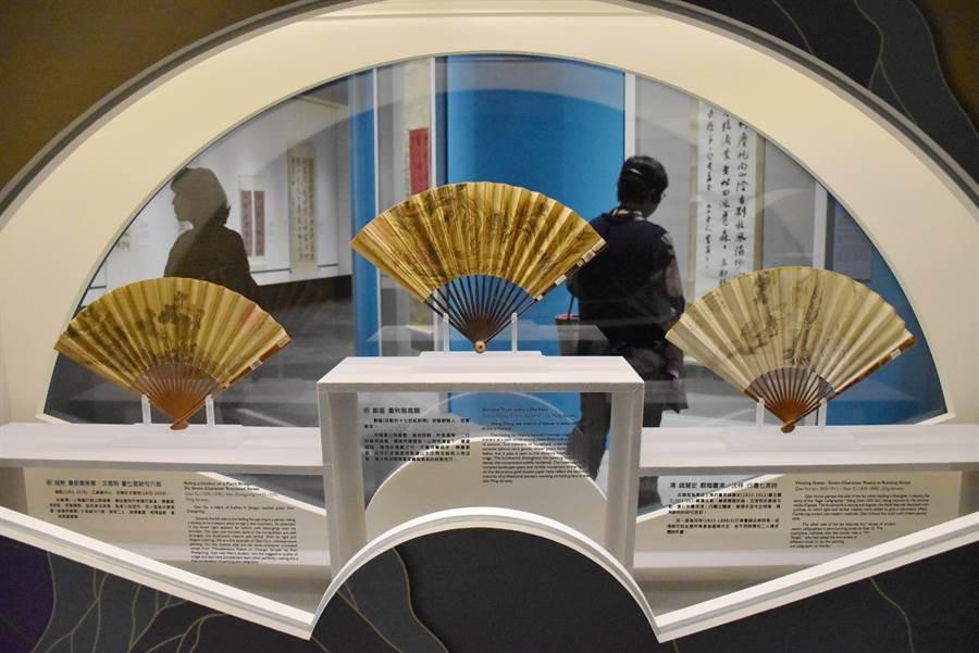 故宮南院專屬的書畫展廳,特製的立軸櫃號稱全台唯一,不但材質可防彈,觀賞文物距離也縮短到20公分。(呂妍庭攝)