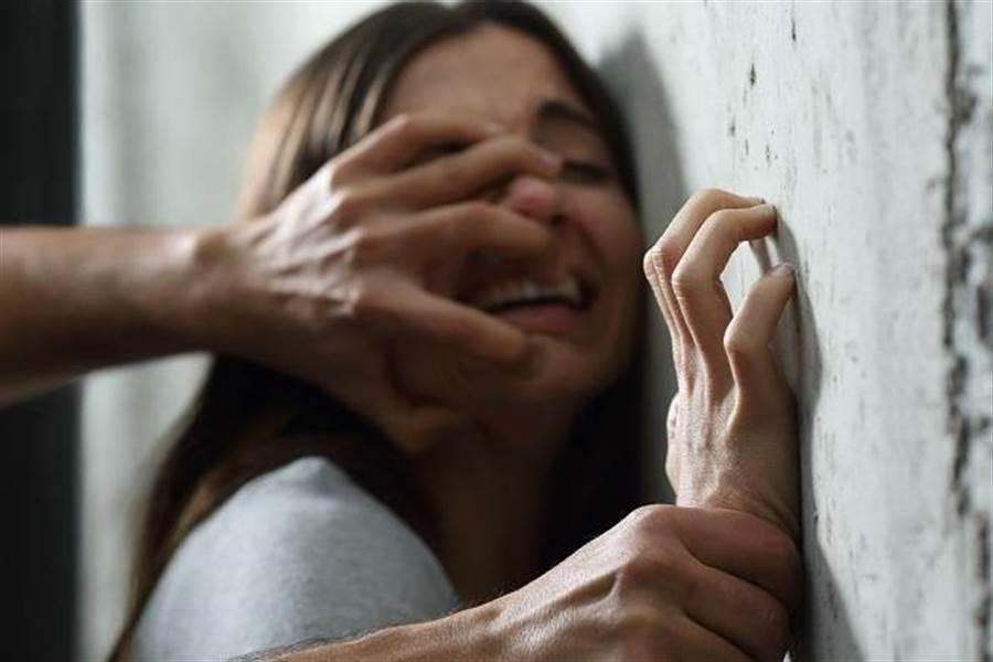 19歲男追不到女神毀了她 押山上毆打性侵錄影還逼借款。(示意圖/達志影像/shutterstock提供)
