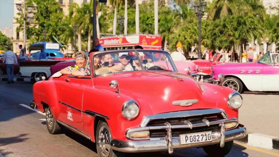 周董和柯有倫及舞者好友們飛往古巴拍攝新歌MV〈Mojito〉。(圖/Netflix提供)
