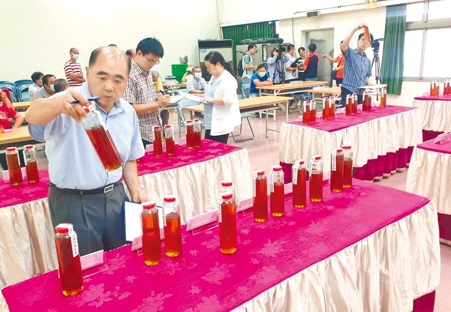 去年因天候因素等問題,蜂蜜收成慘,今年產量稍有回復,但也只有往年的3到5成左右,台南市國產蜂蜜評鑑競賽隔了1年再度登場。(莊曜聰攝)