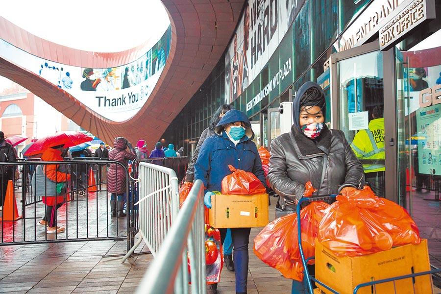 疫情影響全球經濟,圖為4月底,紐約布魯克林區一處食品發放點。(新華社資料照片)