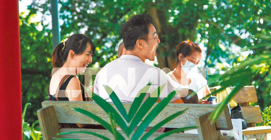 明道(中)日前帶老婆王婷萱(左)、2個月大的兒子及家人到陽明山踏青。(《時報周刊》提供)