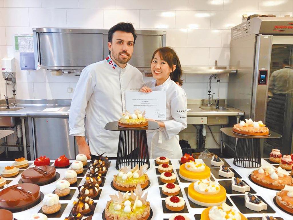 王婷萱(右)2年前開始經營甜點店。(摘自蜜斯王臉書)