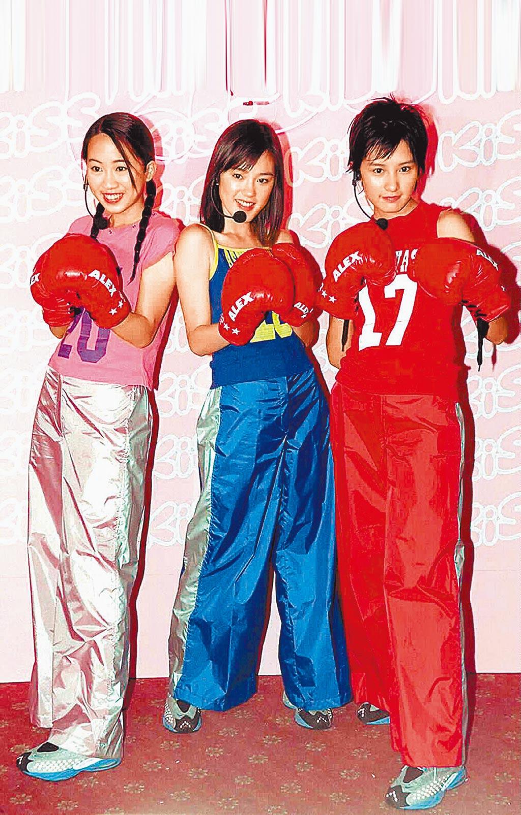 王婷萱(左)2000年曾組美少女團「KISS」出道、中為蔡裴琳。(資料照片)