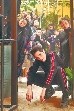 老蕭〈猴籠〉導演編舞一手包