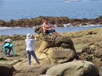 大媽爬「海豹岩」自拍 基隆環保達人喊話:母湯