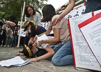 稻江學生家長下跪叩頭痛哭 籲教育部接管稻江