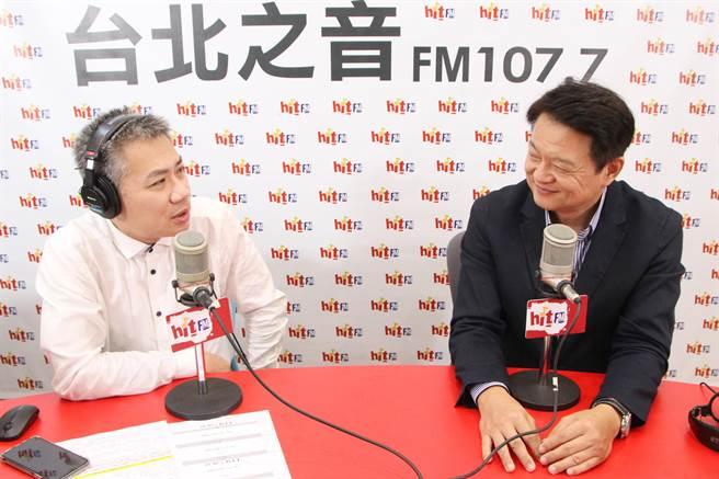 名嘴羅友志(左)與前台北縣長周錫瑋(右)。(Hit Fm《羅友志嗆新聞》製作單位提供)