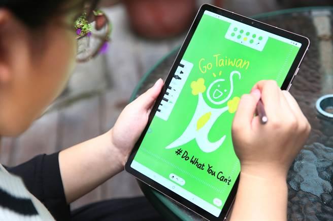 「星美好獎助學金」受益學生高琪恩透過Galaxy平板創作,以S Pen描繪出想對台灣說的話。(台灣三星提供)