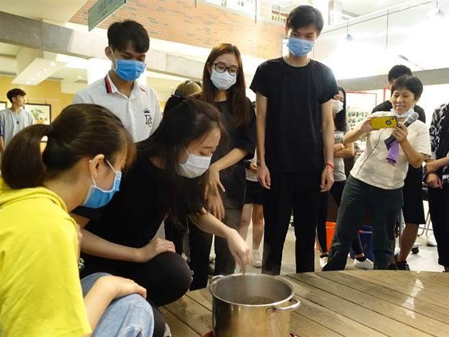外藉生同學們同心協力專注的共同完成珍珠製做。(高苑科大提供)