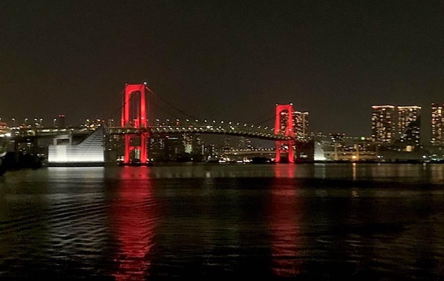 東京都為防止第2波疫情,6月2日首度發布東京警報,並將東京台場彩虹橋打上紅燈,呼籲日本民眾提高警戒。(黃菁菁攝)