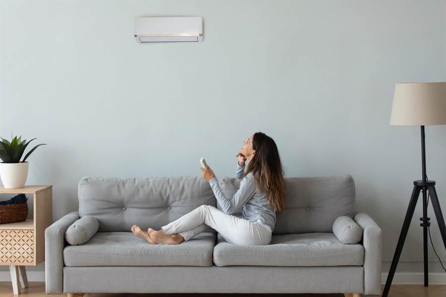 冷氣開幾度才爽?行家曝省電溫度。(圖/Shutterstock)