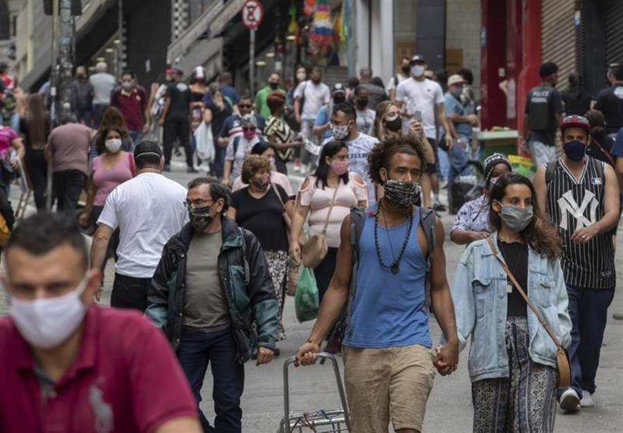 美國新冠病毒確診者突破200萬,佔全球確診人數近3成。專家稱,新一波疫情雖然規模不大,但確實已經來了。(圖/美聯社)