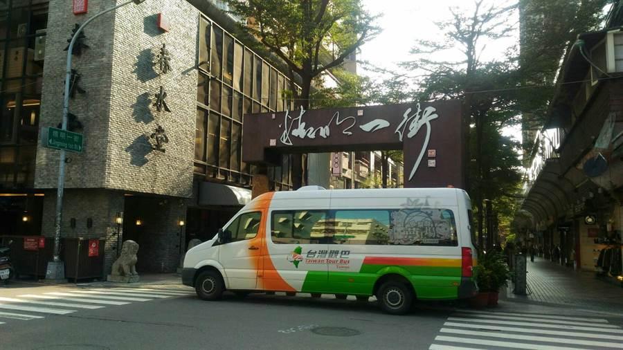 台灣觀巴2人同行1人免費,22日中午開放預約。(圖/台灣觀巴提供)