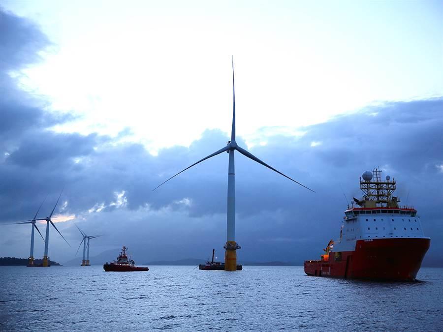 挪威的海上風機,可見到風機與風機之間的距離相當寛,船隻很容易通過而無礙。(圖/Roar Lindefjeld)
