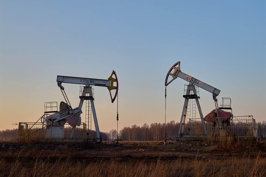 外媒報導,美國原油庫存意外增加及經濟前景不確定性,壓抑今(11日)國際油價走勢。(圖/達志影像)