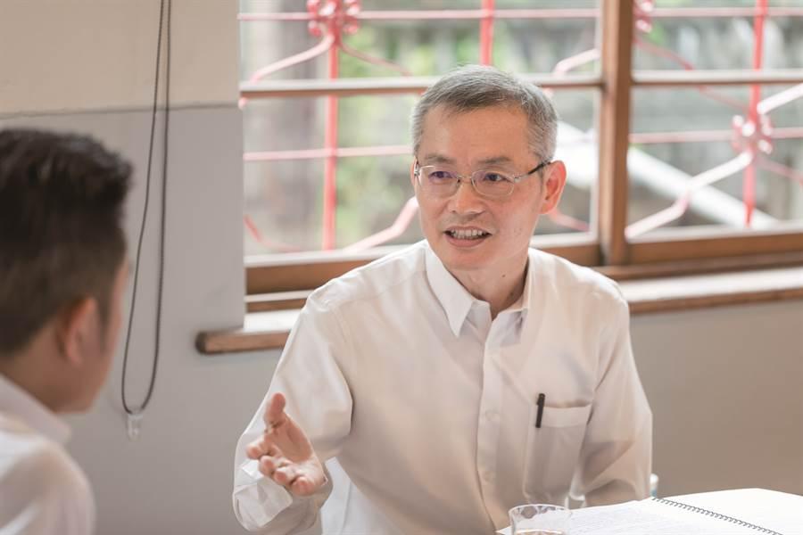 新竹市市長林智堅與鴻梅文化藝術基金會創辦人陳添順進行跨界對談,談香山與新竹願景。(圖/翁子恒攝)