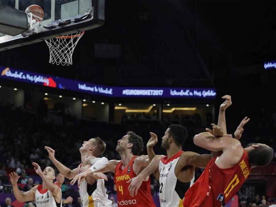 德國隊與西班牙籃球隊爭搶籃板球。(美聯社資料照)