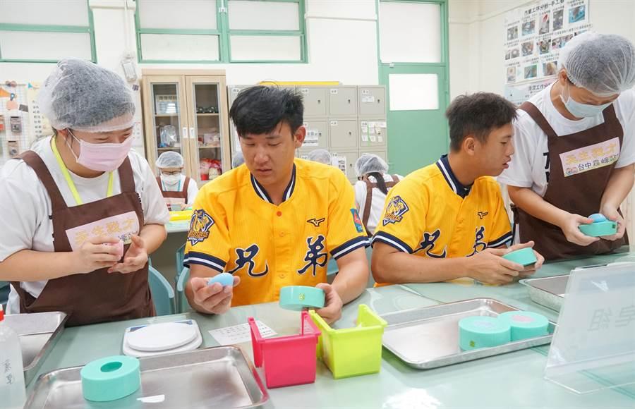 中信兄弟許基宏、陳柏豪,日前到唐氏基金會「天生我才台中霧峰站」(唐寶寶職業訓練所)與學員們一起製作手工皂,學員們當起小老師指導。(黃國峰攝)