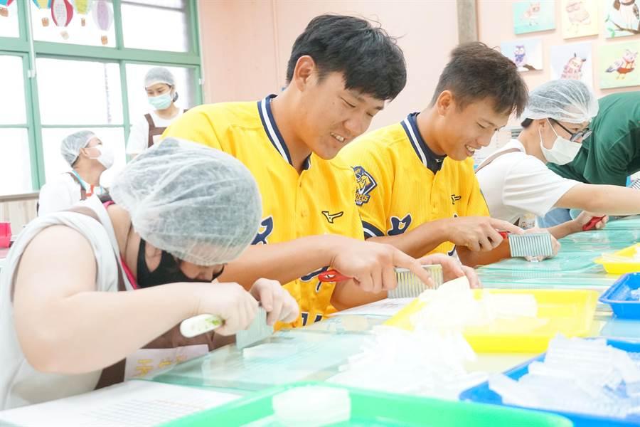 中信兄弟許基宏、陳柏豪,日前到唐氏基金會「天生我才台中霧峰站」(唐寶寶職業訓練所)與學員們一起製作手工皂。(黃國峰攝)