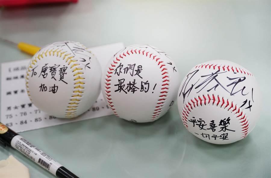 中信兄弟許基宏、陳柏豪,日前到唐氏基金會「天生我才台中霧峰站」(唐寶寶職業訓練所)與學員們一起製作手工皂,留下簽名球回贈。(黃國峰攝)